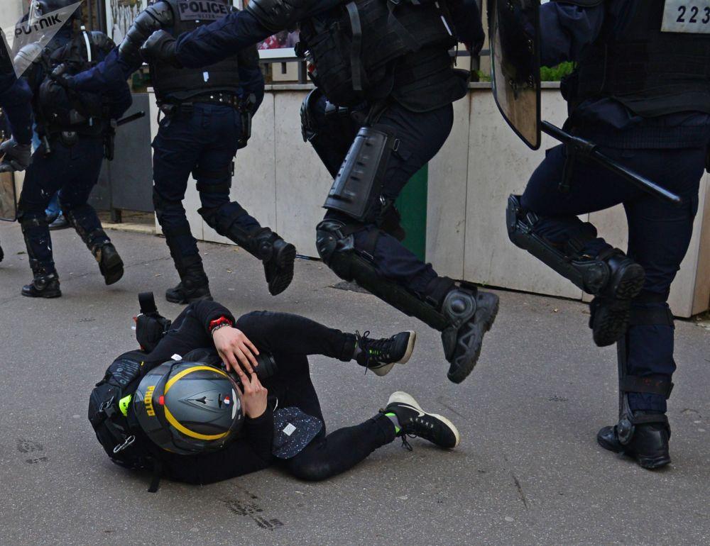 Forze dell'ordine e manifestante della protesta dei gilet gialli a Parigi.