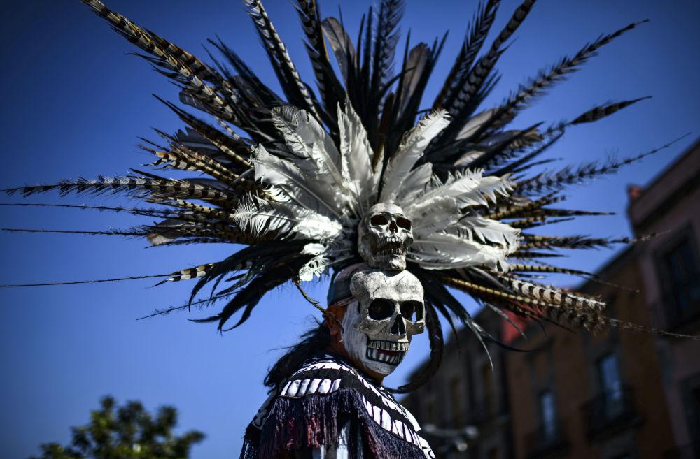 Indigeno messicano prende parte ad una cerimonia di purificazione in Piazza della Costituzione, Città del Messico.