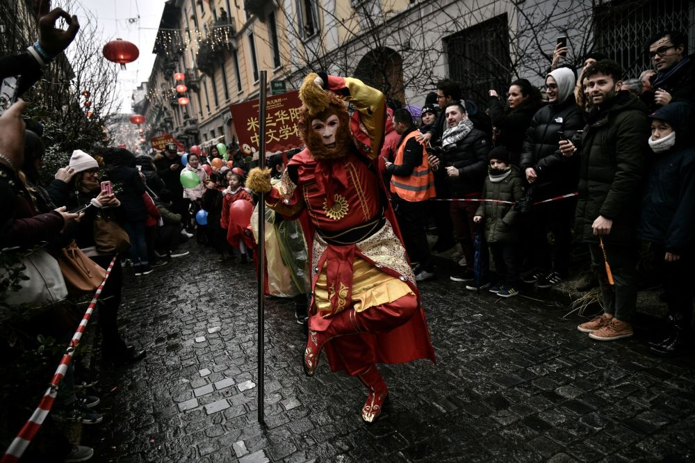 Membri della comunità cinese festeggiano il Capodanno cinese in via Paolo Sarpi a Milano.