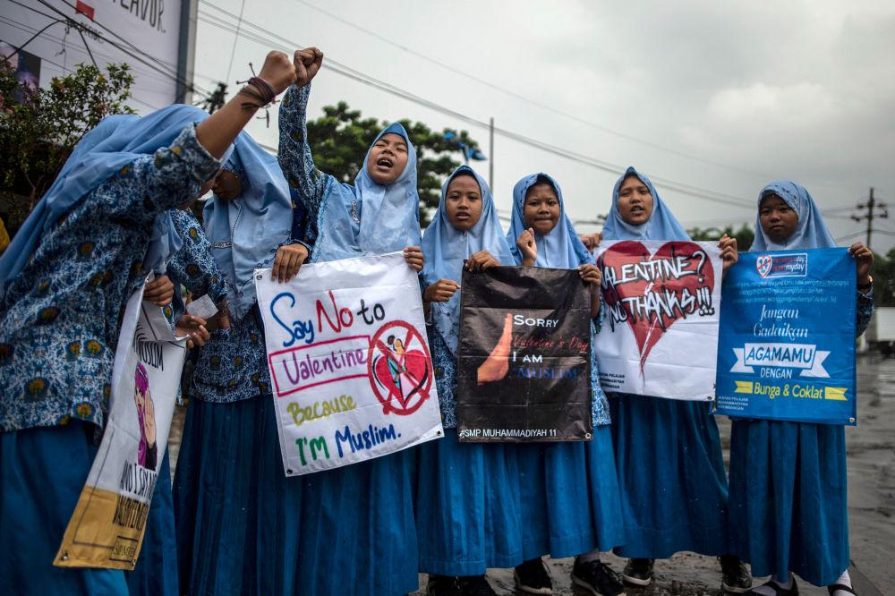 Gruppo di studenti indonesiani musulmani protestano contro il giorno di San Valentino nella città di Surabaya, Indonesia.