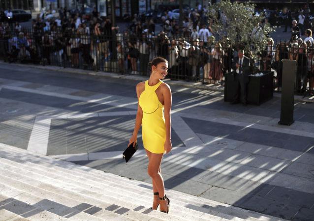 Русская модель Ирина Шейк перед показом Versace Haute Couture Осень-Зима 2015-2016