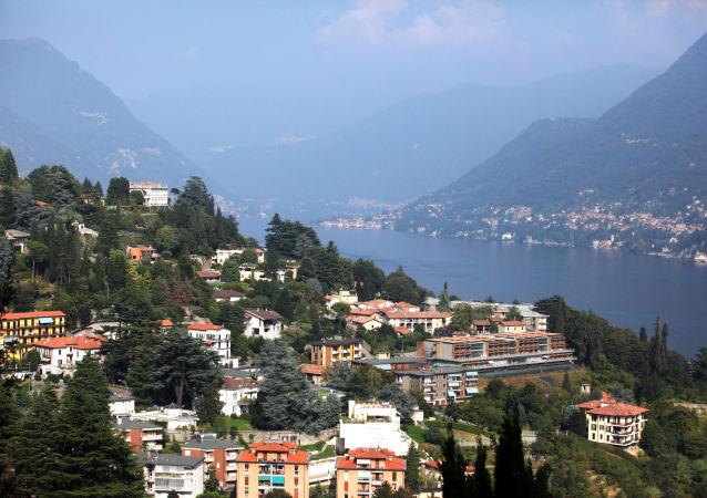 Вид на город Комо и озеро Комо в итальянском регионе Ломбардия