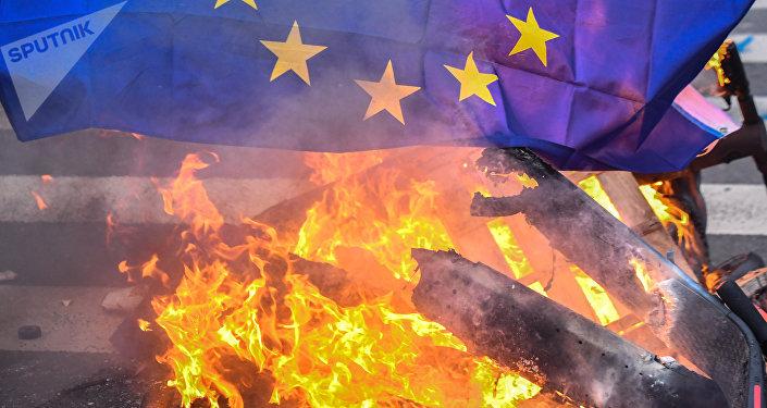 La bandiera dell'UE in fiamme