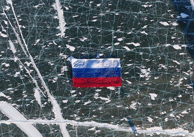 La bandiera russa srotolata sul lago Baikal
