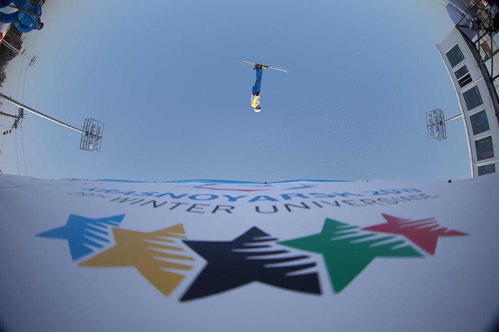 Una foto che sfida la gravità: lo spettacolo del freestyle alle Universiadi di Krasnoyarsk