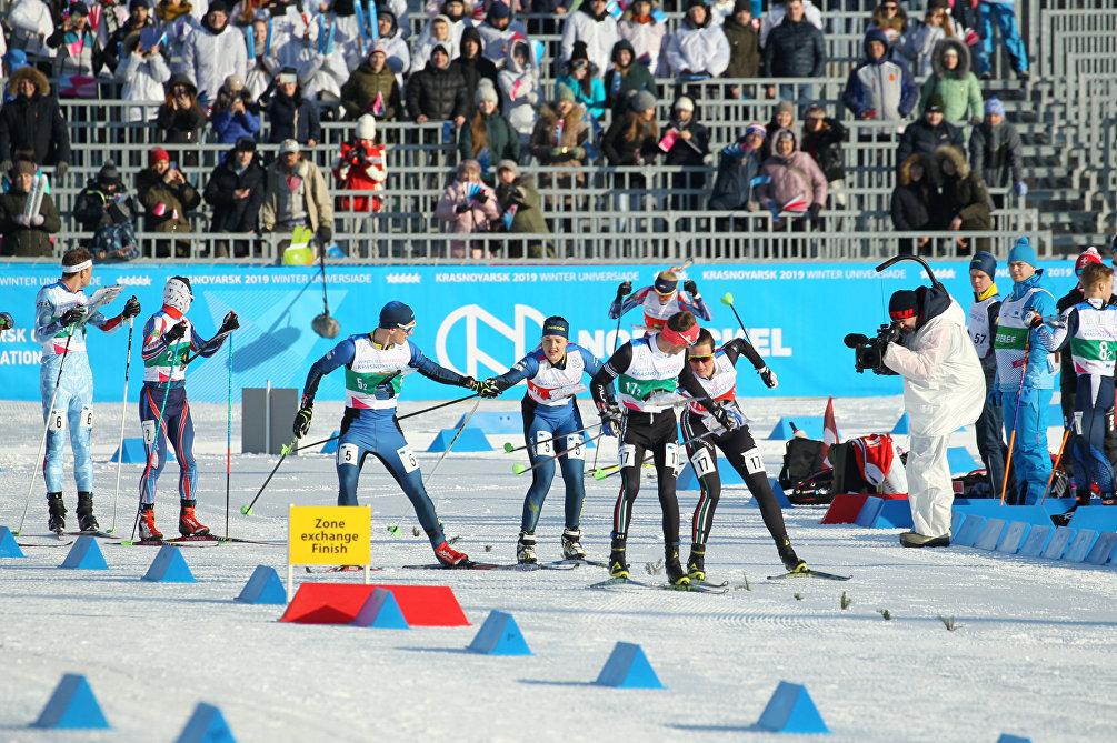 Un cambio tra Francesco e Stefania Corradini nella staffetta mista di Ski-Orienteering
