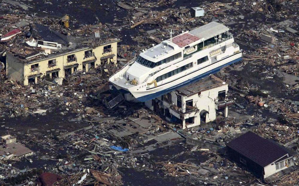 Imbarcazione turistica finita sopra un edificio nella città di Otsuchi
