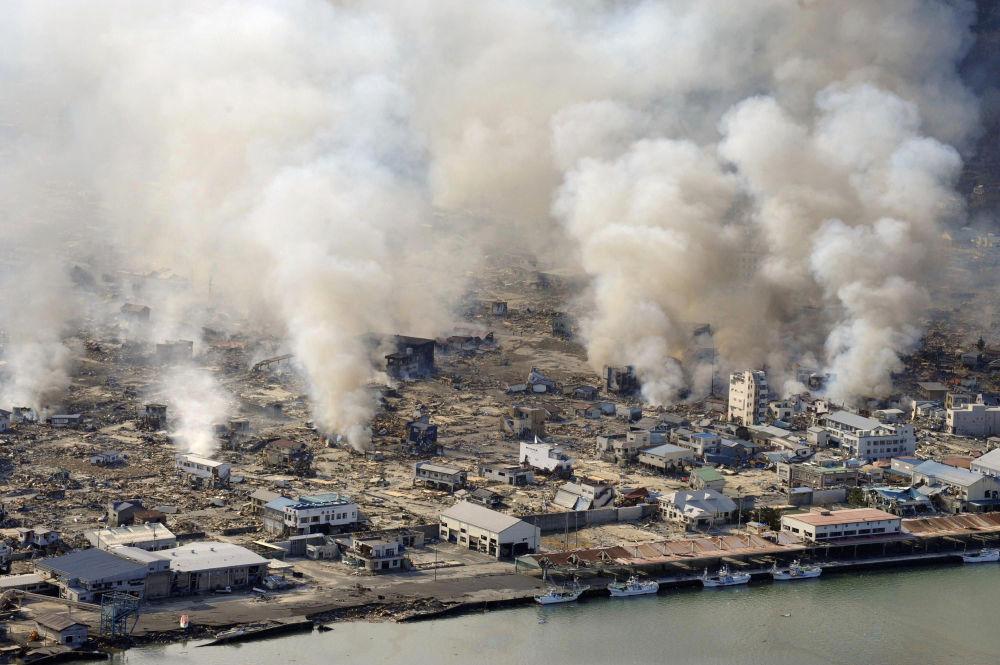 La devastazione nella città di Yamada nella prefettura di Iwate, il giorno dopo il terremoto