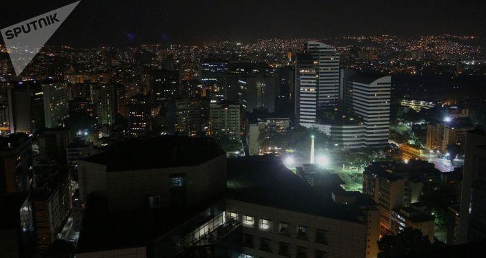 Strade e palazzi di Caracas con illuminazione parzialmente riattivata
