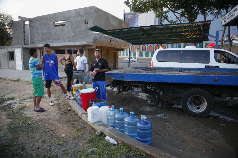 Abitanti di Caracas in fila per fare scorta d'acqua