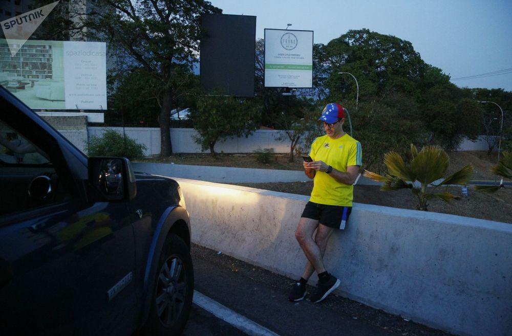 Abitante di Caracas si ferma in autostrada dove riceve il segnale per il cellulare
