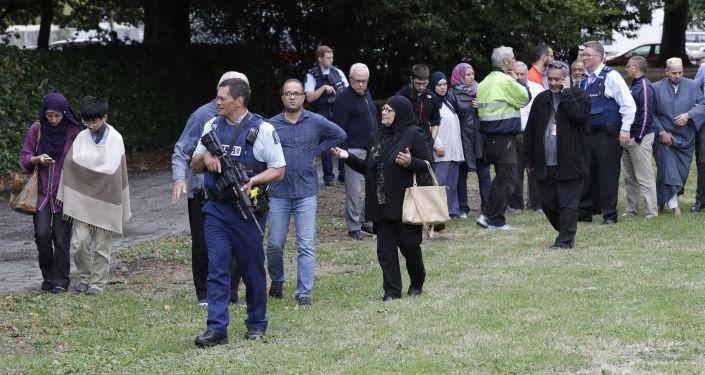 La polizia e i credenti alla mosche Al Noor a Christchurch, Nuova Zelanda