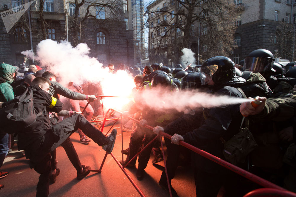 Gli scontri tra i nazionalisti e le forze dell'ordine a Kiev, Ucraina.