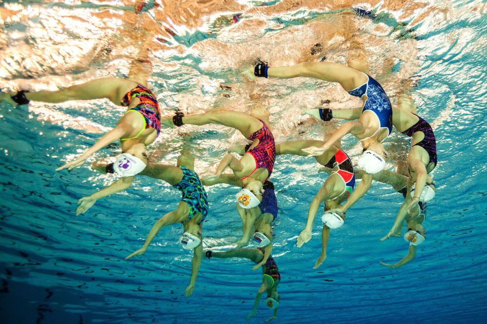 La nazionale russa di nuoto sincronizzato durante un allenamento.