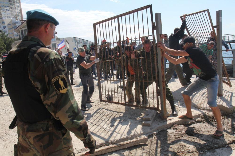 Maggio 2014: rimozione delle recinzioni che ostacolano l'accesso alla spiaggia del villaggio di Parkovoe, vicino a Yalta.