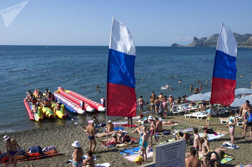 La spiaggia di Sudak piena di turisti nel mese di agosto 2015