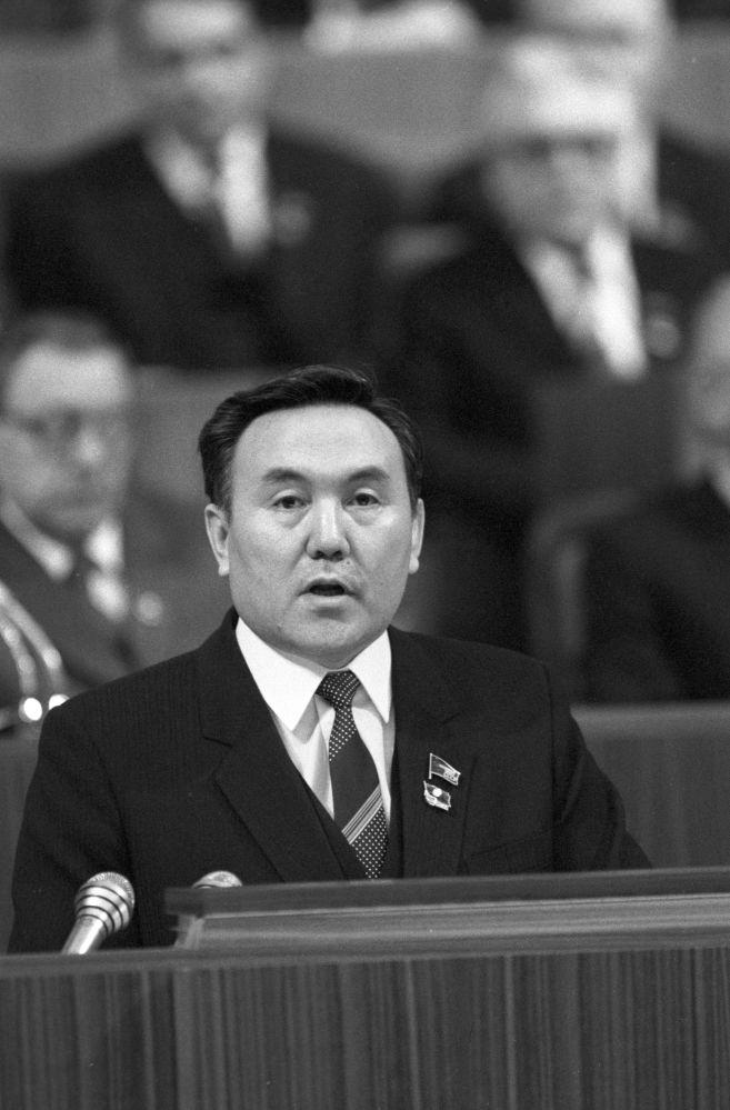 1986, Nazarbayev prende la parola al XXVII congresso del Partito Comunista dell'Unione Sovietica