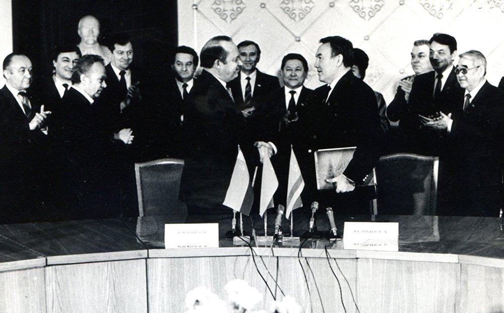 1991, le ex repubbliche sovietiche muovono i primi passi: Nazarbayev in Bielorussia per la firma di un protocollo di collaborazione tra i due paesi.