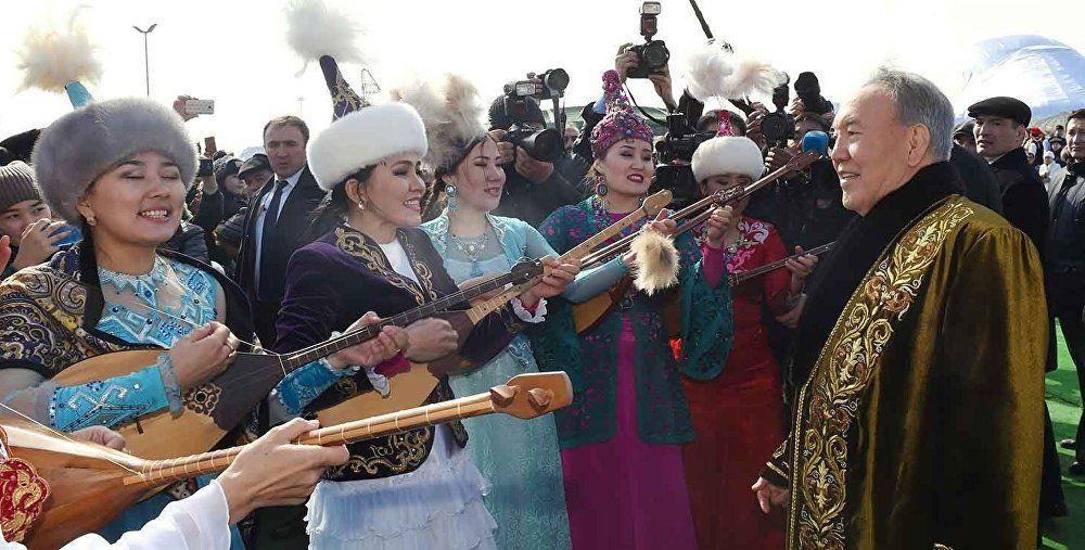 Di Nursultan Nazarbayev dicono che nel tempo libero ami scrivere canzoni e cantare: non di rado lo si è visto esibirsi in pubblico, in occasioni informali, come i festeggiamenti di primavera del Nauryz
