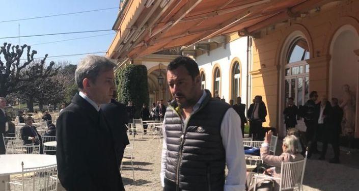 Il ministro dell'Interno e vicepremier Matteo Salvini parla al corrispondente di Sputnik Italia Evgeny Utkin al margine del Forum Confcommercio