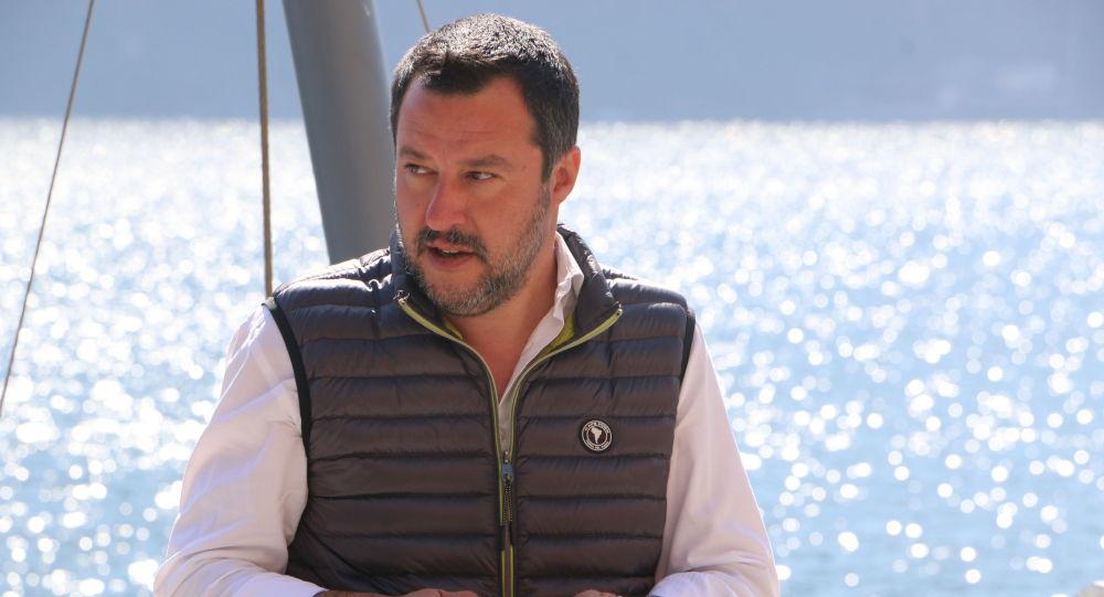Il ministro dell'Interno e vicepremier Matteo Salvini parla a Evgeny Utkin al margine del Forum Confcommercio