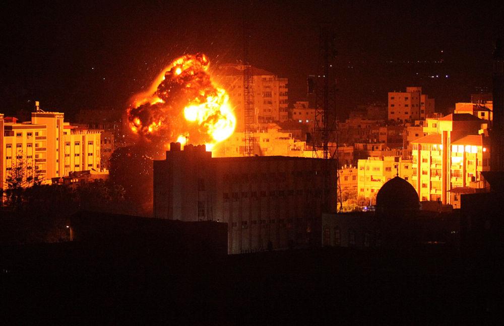 Nella scorsa notte i missili israeliani hanno colpito diversi edifici a Gaza, tra cui la sede dell'intelligence di Hamas