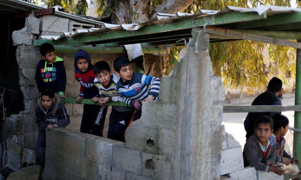 Bambini palestinesi tra le macerie di un edificio colpito dai missili israeliani