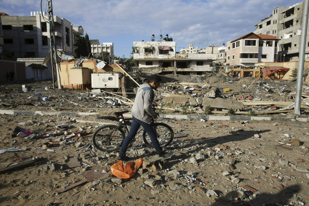 Un palestinese in una strada di Gaza all'indomani dell'attacco israeliano