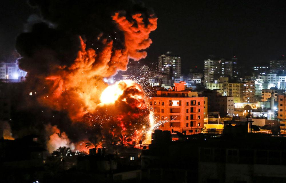 L'esplosione provocata dall'impatto di un missile israeliano contro un edificio di Gaza