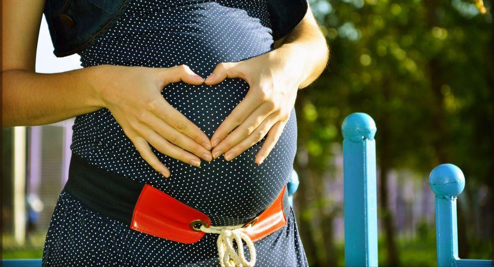 Una donna incinta