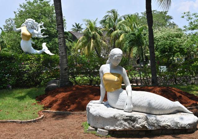"""Indonesia, """"vestite"""" le sculture delle sirene per non mettere in imbarazzo i turisti"""