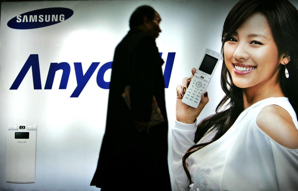 Seul, 2007 - Un passante davanti ad un manifesto pubblicitario della Samsung