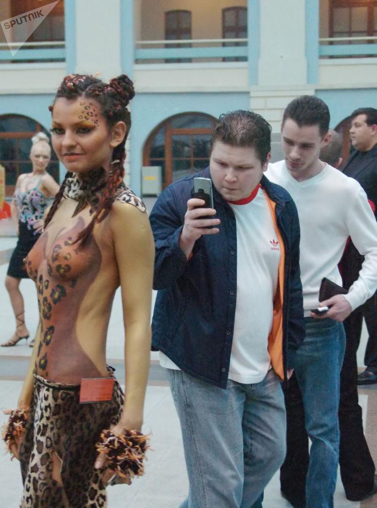 Mosca, 2006 - Un ragazzo mostra agli amici il suo nuovo telefono cellulare, dotato di fotocamera a bassa risoluzione
