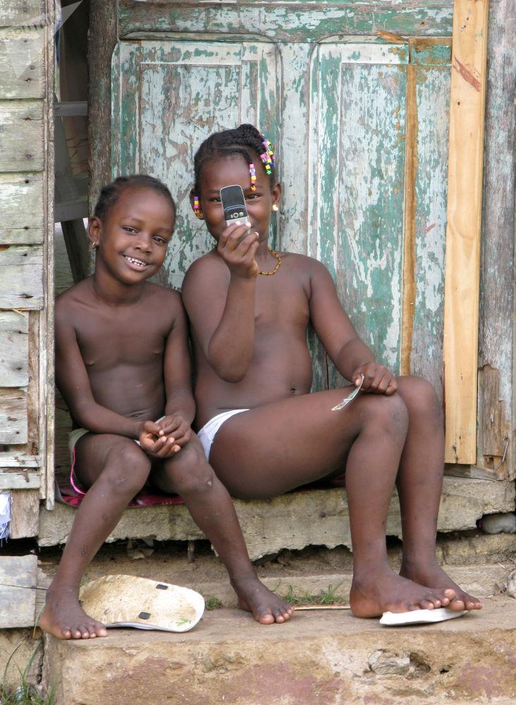 Guyana Francese, 2007 - due bambini del villaggio di Sinnamary fotografano il fotografo russo Alexey Panov con il proprio telefonino