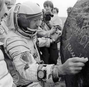 Il cosmonauta Leonov autografa il modulo spaziale della missione Apollo Soyuz