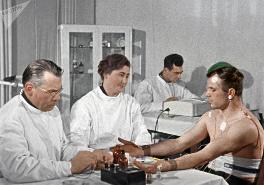 Yuri Gagarin durante un controllo medico poche settimane prima del suo volo nello spazio