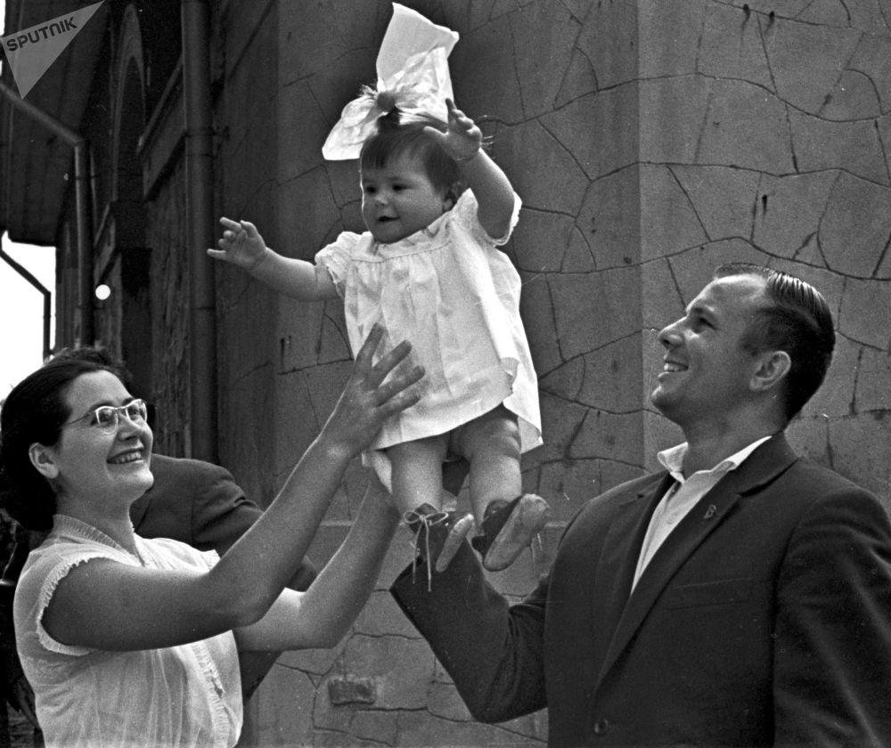 Yuri Gagarin con la figlia Galina e la moglie Valentina