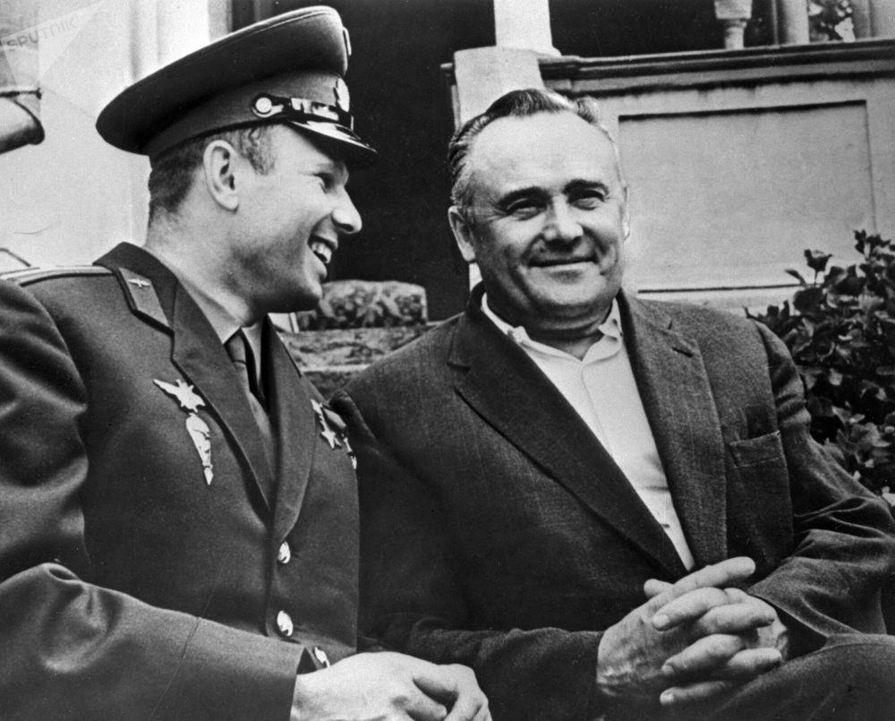 Yuri Gagarin e Sergey Korolev insieme dopo il primo volo nello spazio
