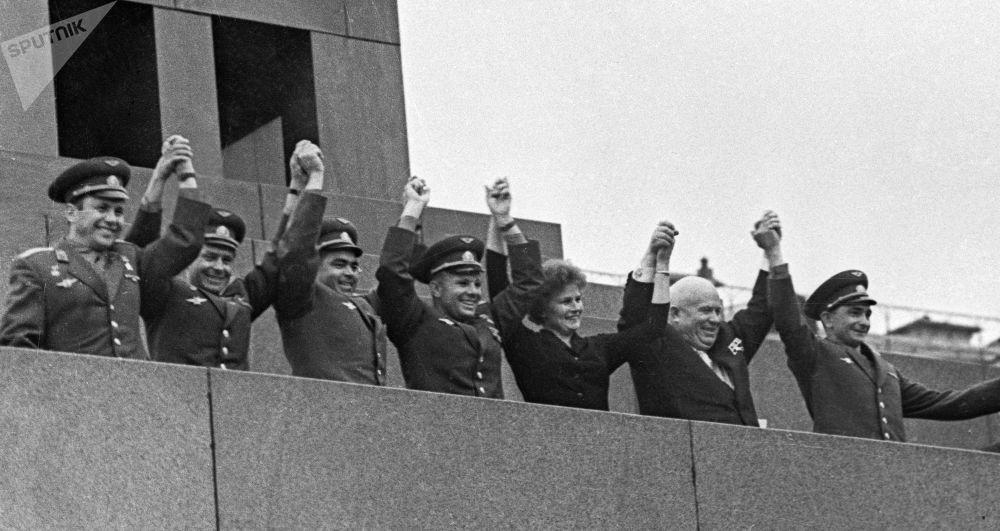 21 giugno 1963: Yuri Gagarin insieme agli altri cosmonauti Valentina Tereshkova, German Titov, Pavel Popovich, Andrian Nikolayev e Valery Bykovskiy, in piedi sulla tribuna d'onore del Mausoleo di Lenin nella piazza Rossa, insieme al segretario generale del PCUS Nikita Krushev