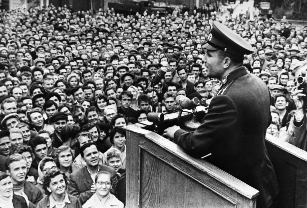 5 settembre 1962, Yuri Gagarin pronuncia un discorso di fronte ai lavoratori di una fabbrica di Leningrado