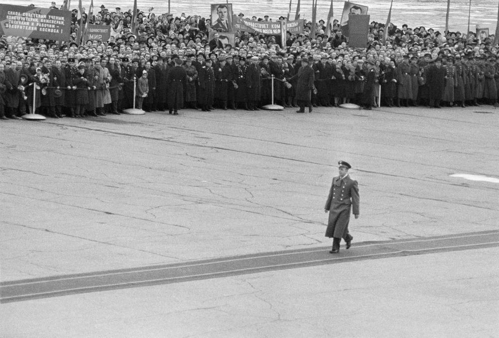 13 aprile 1961, Yuri Gagarin, viene accolto dalla folla all'aeroporto moscovita di Vnukovo