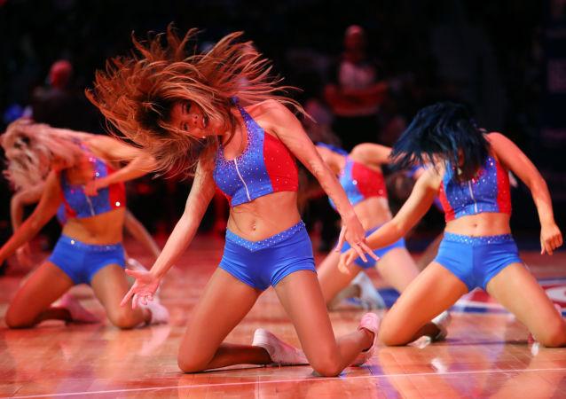 Le cheerleader della squadra di pallacanestro americana Detroit Pistons ballano durante la partita della loro squadra contro Memphis Grizzlies.
