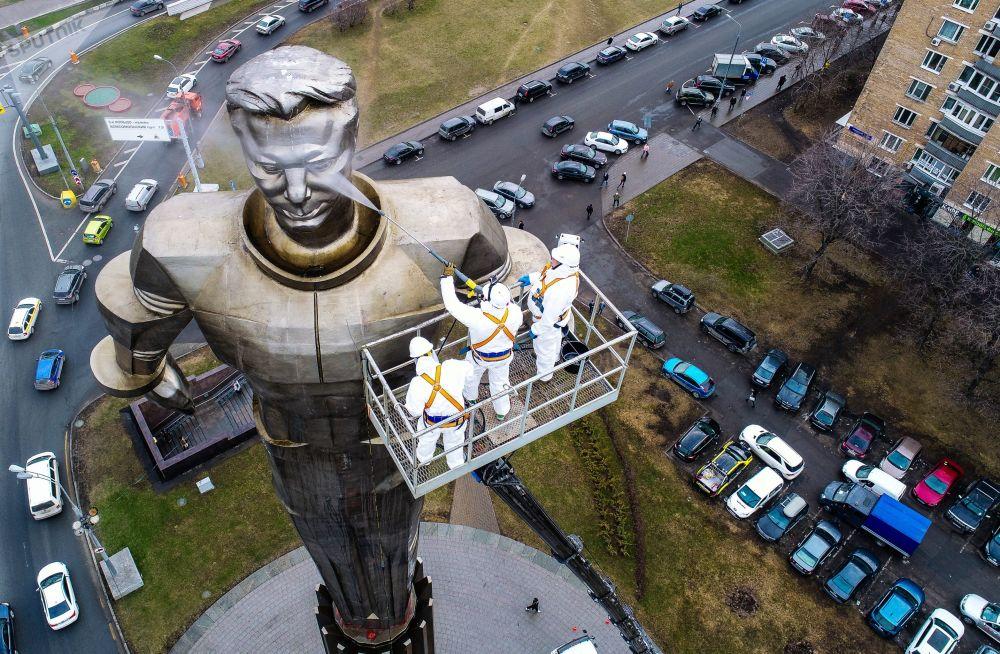 Impiegati dei servizi pubblici lavano il monumento di Yury Gagarin a Mosca.