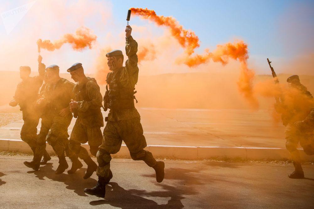 Soldati durante l'apertura della competizione internazionale di addestramento sul campo tra le unità militari delle truppe aviotrasportate del VDV nell'ambito dei Giochi Militari 2019 a Novorossiysk