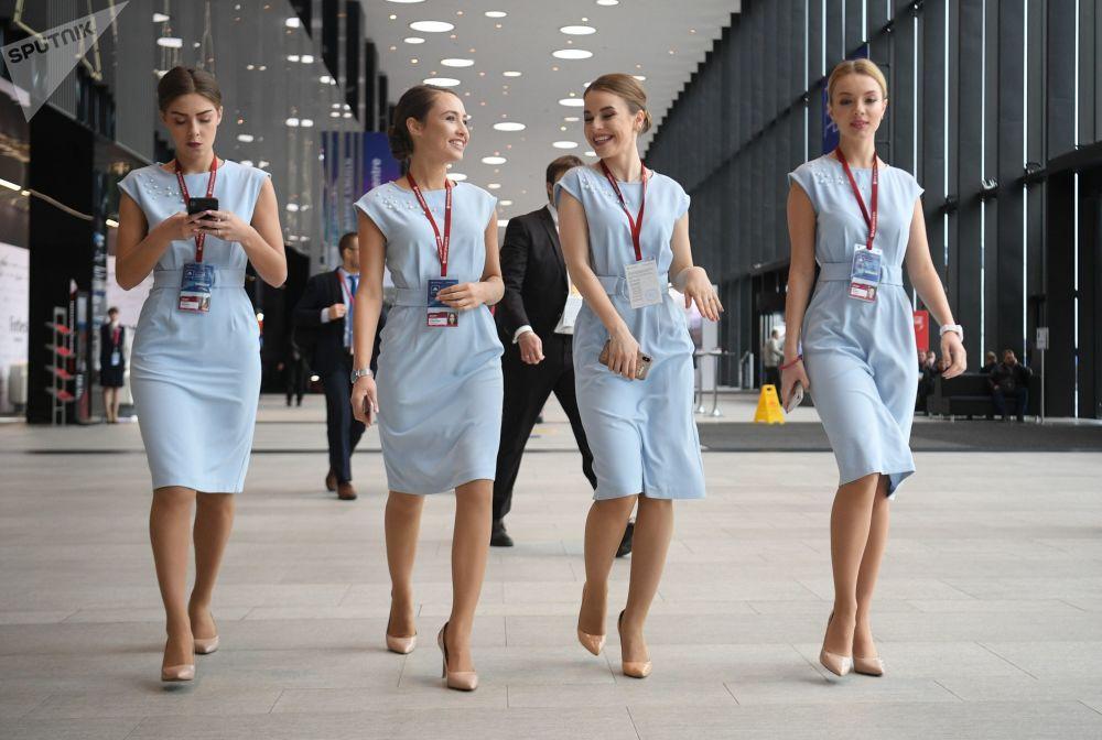 Le hostess alla conferenza internazionale Artide - territorio del dialogo a San Pietroburgo.