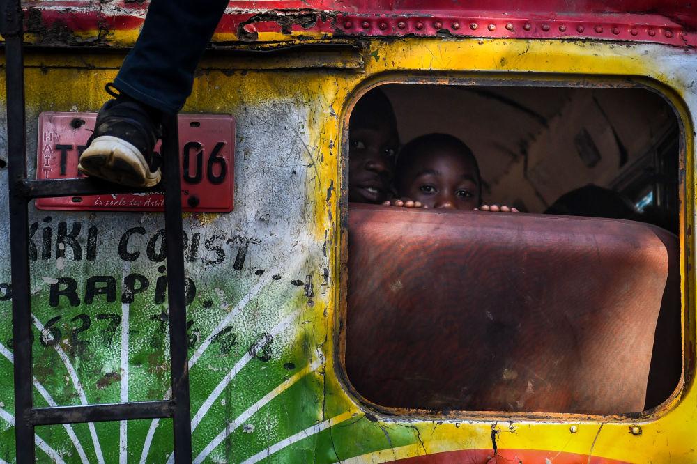 Ragazzini sull'autobus a Port-au-Prince, Haiti.