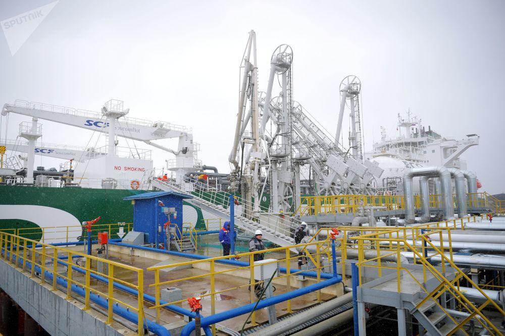 La petroliera Prospekt Mendeleev ha una lunghezza di 250 metri ed una larghezza massima di 44 metri