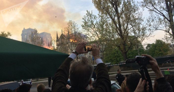 Le fiamme hanno distrutto interamente il tetto della Cattedrale di Notre Dame