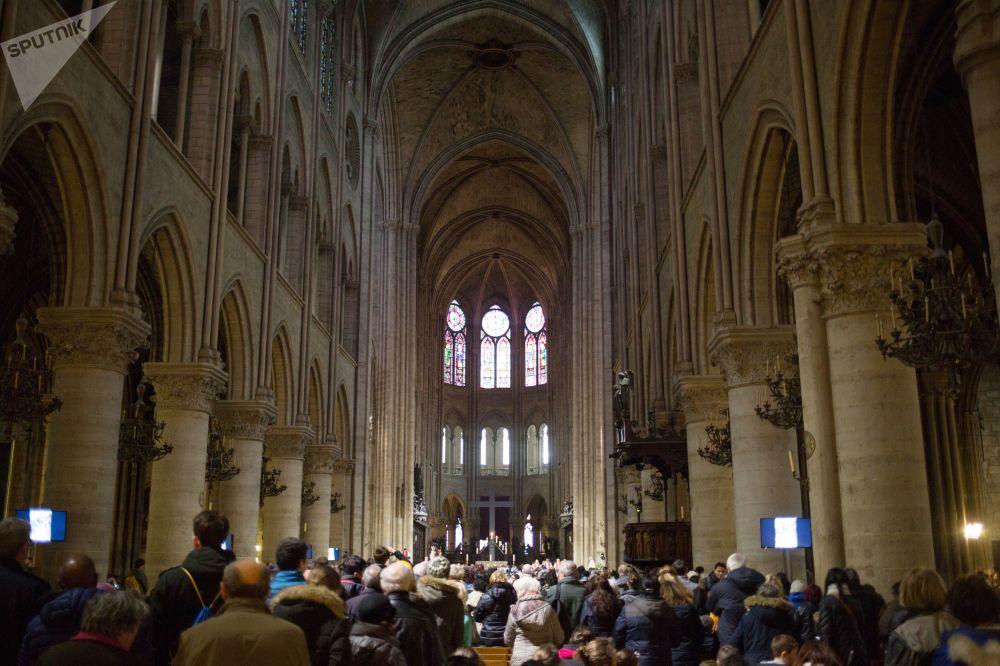 30 marzo 2018- Fedeli nella cattedrale di Notre Dame durante la Via Crucis del Venerdì Santo