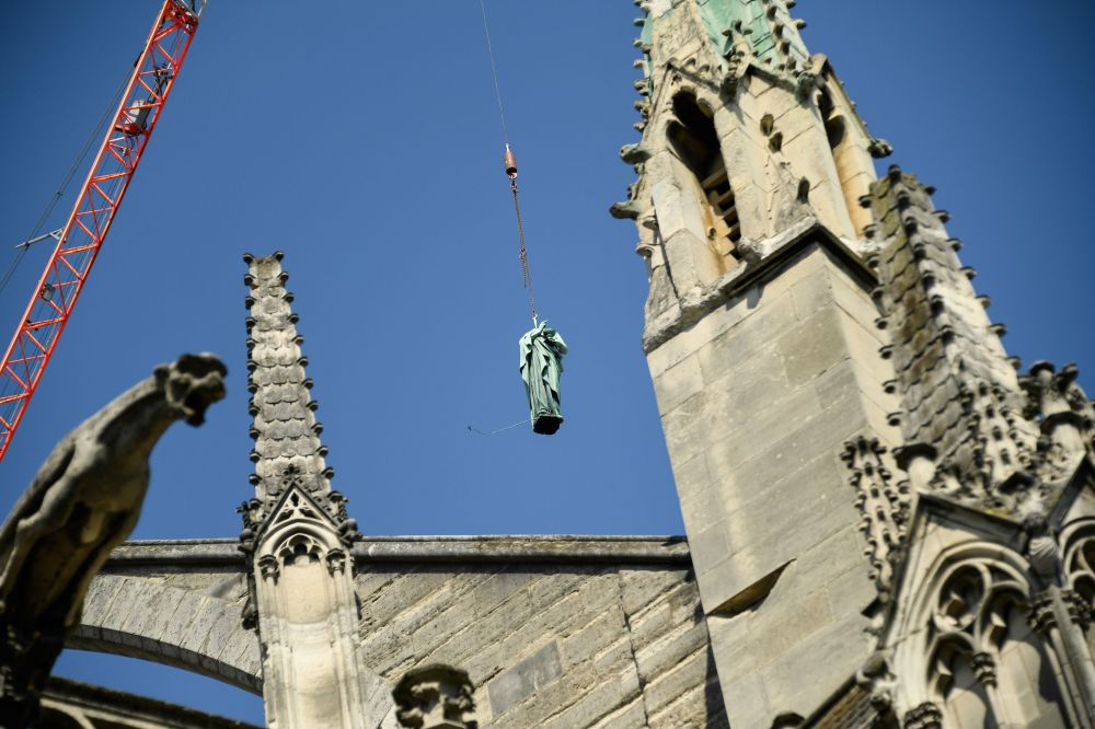 16 aprile 2019 - all'indomani dell'incendio che ha colpito la cattedrale di Notre Dame, vengono rimosse le statue rimaste sulle parti della struttura non interessate dalle fiamme